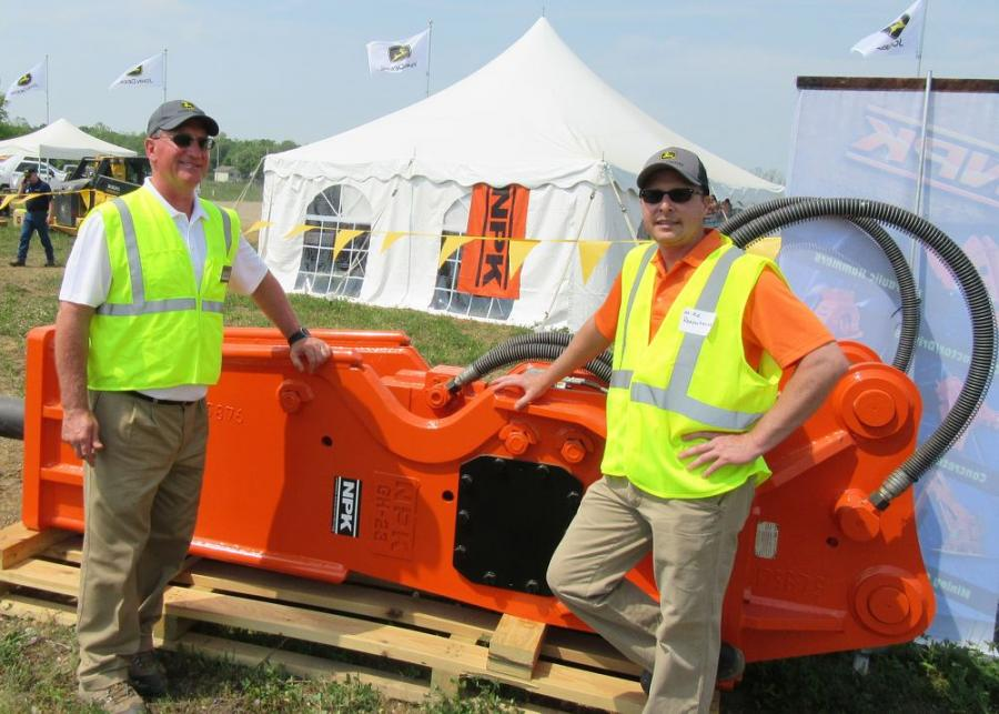Marty Hlawati(L),墨菲拖拉机和设备的区域销售经理,赶上了Michael Rzeszotarski,NPK建筑设备的产品支持经理。