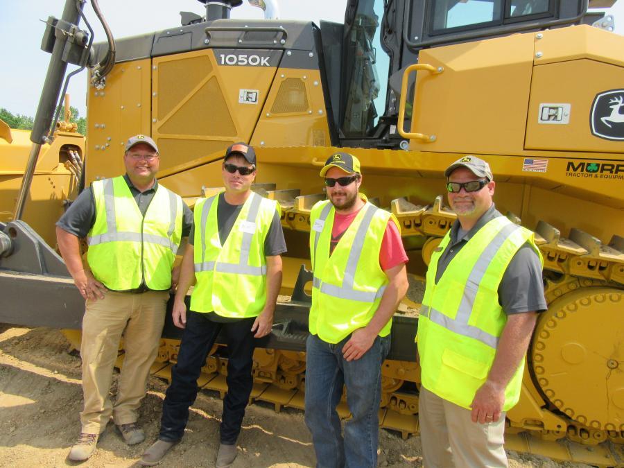 (L-R):墨菲拖拉机和设备的Eric Bischoff与Beorge J Igel&Company的Brian Ganson谈过;德里克沃尔夫;和Cory Brant,John Deere产品顾问,关于这个1050k Dozer。