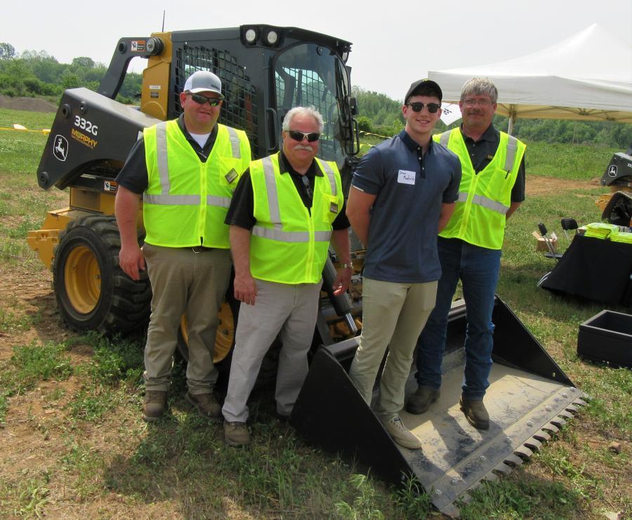 (L-R):墨菲拖拉机和设备的Lonnie Montgomery,Randy Mccabe,Drew Mayfield和Tim Johnson欢迎与会者的演示活动。