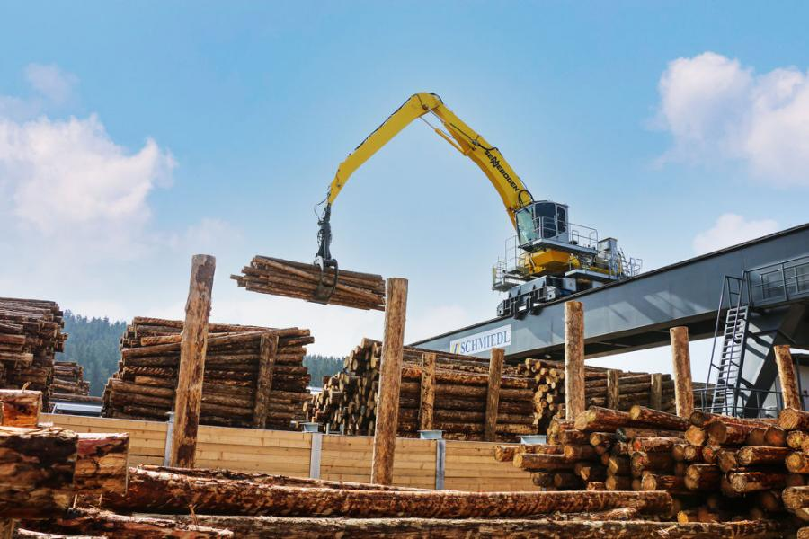 SENNEBOGEN 835 E material handler on a gantry in operation at the GELO Timber sawmill in Wunsiedel, Germany.