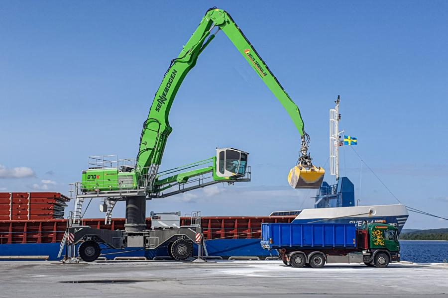 Delta Terminals operators work at a viewing height of 36 ft. due to the liftable, large-capacity Mastercab.